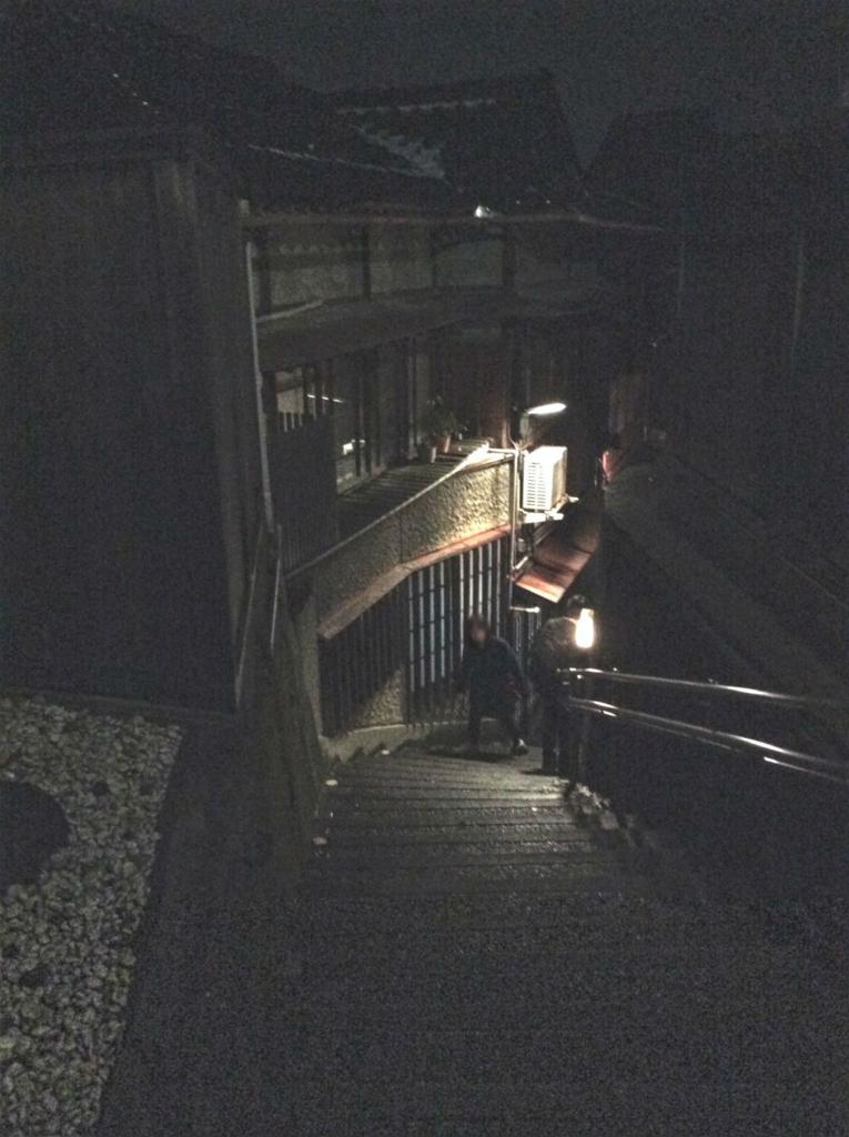 夜の主計町茶屋の坂道