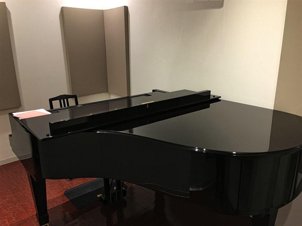 スタジオのピアノ