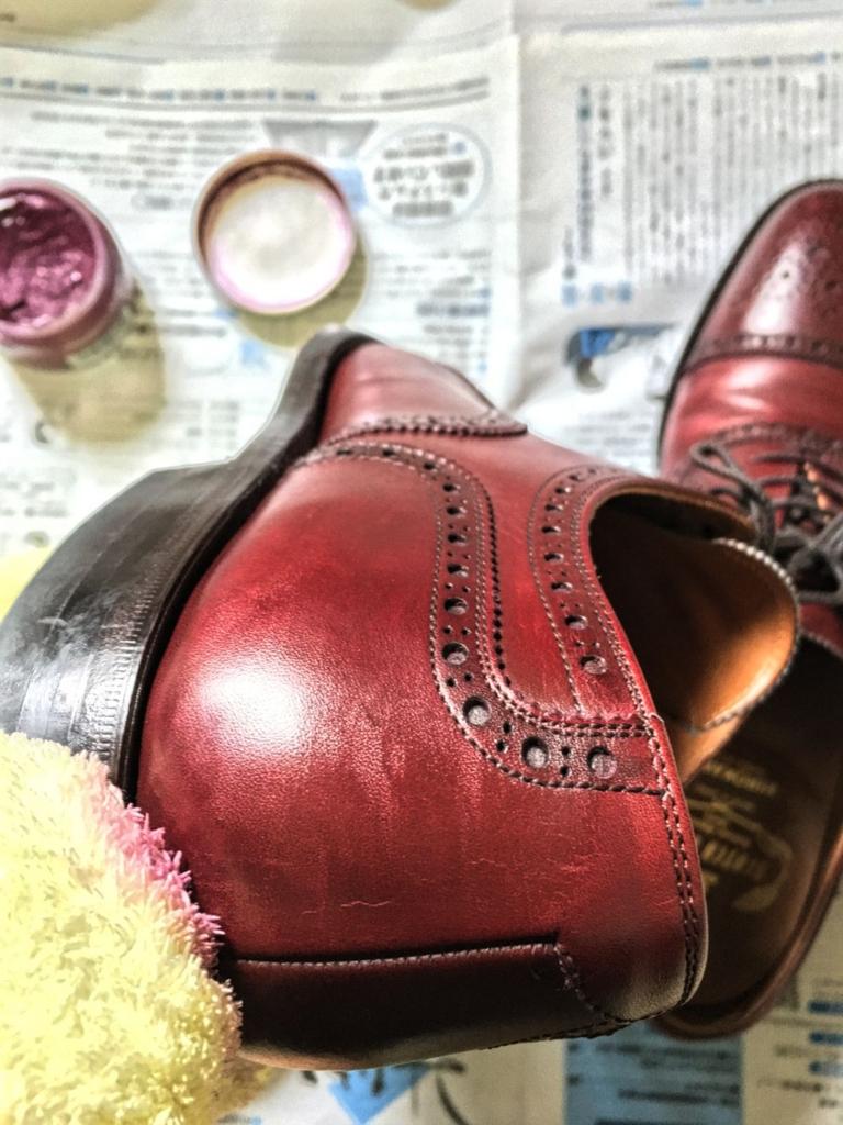 靴磨きの最中
