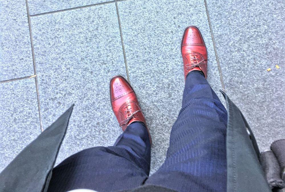細身のネイビースーツと磨いた後の靴