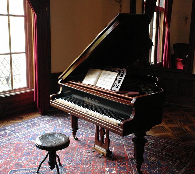 部屋の中のピアノ
