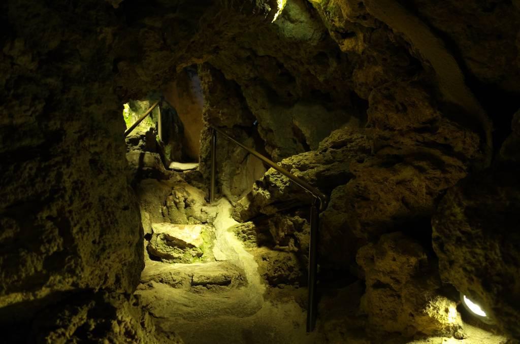 源三窟の内部