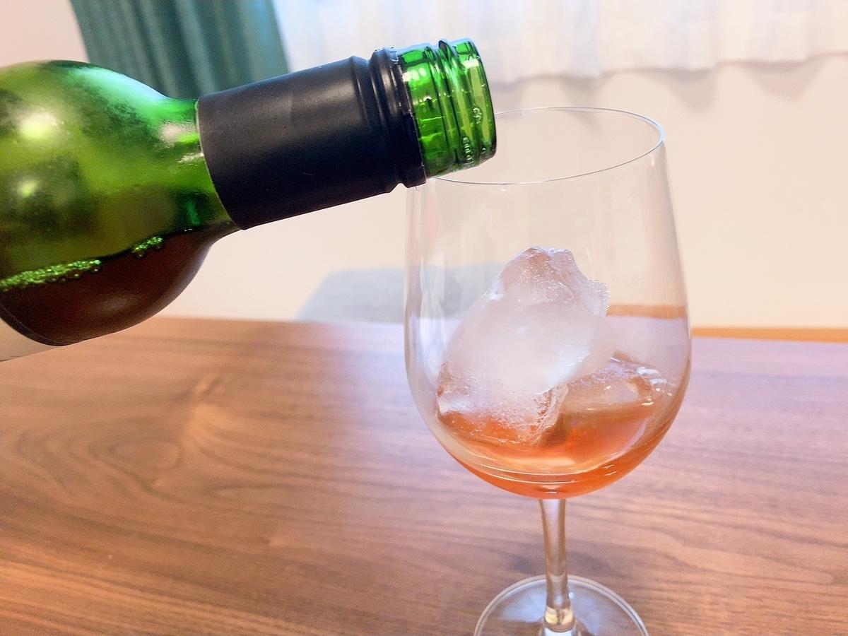ローズコーディアル グラスに注ぐ