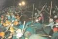 民青Z(左)VS全共闘(右)のゲバ衝突(1969年東大構内)黄へる民青