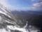 雪山から下を眺める