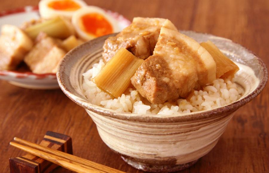 ラク速レシピのさゆりさんの「豚のさっぱりポン酢角煮丼」