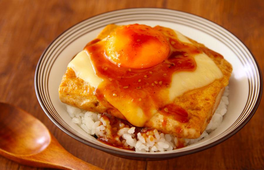 ラク速レシピのさゆりさんの「照りたまチーズ豆腐ステーキ丼」