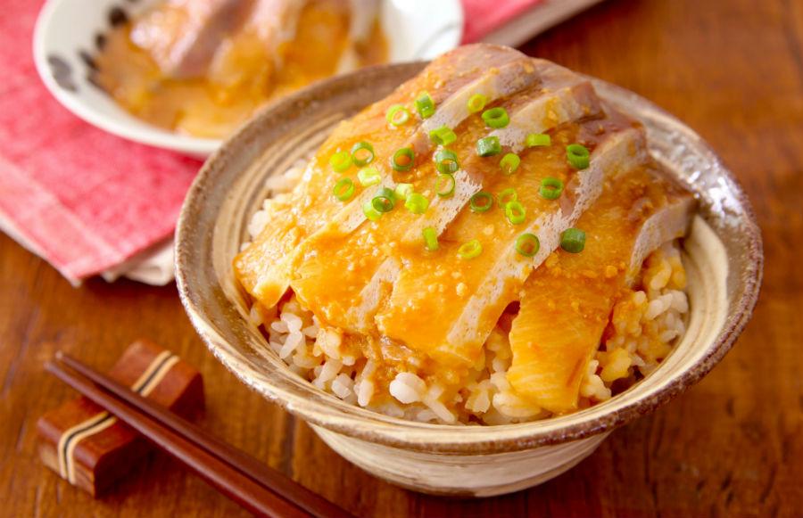ラク速レシピのゆかりさんの「刺身の味噌だれ漬け丼」