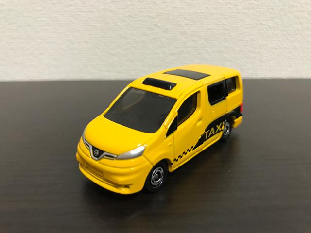 トミカNO.27 日産 NV200 タクシー(初回特別仕様)の斜め前