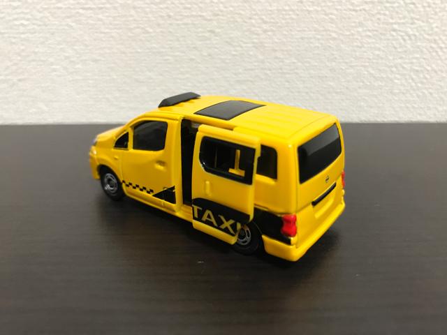 トミカNO.27 日産 NV200 タクシー(初回特別仕様)の斜め後ろドア開放