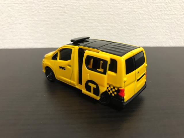 トミカNO.27 日産 NV200 タクシーの斜め後ろ