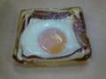朝食は会社近所のパン屋でベーコンエッグパン。トマトソースのうま