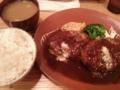 夜食は俺のハンバーグ。粗挽きが肉肉しくていいね。