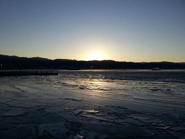 諏訪湖凍ってる!