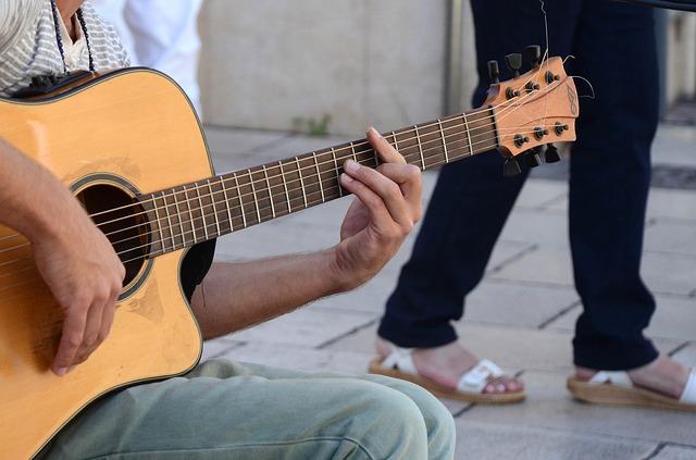 ギターでエレジーを弾く