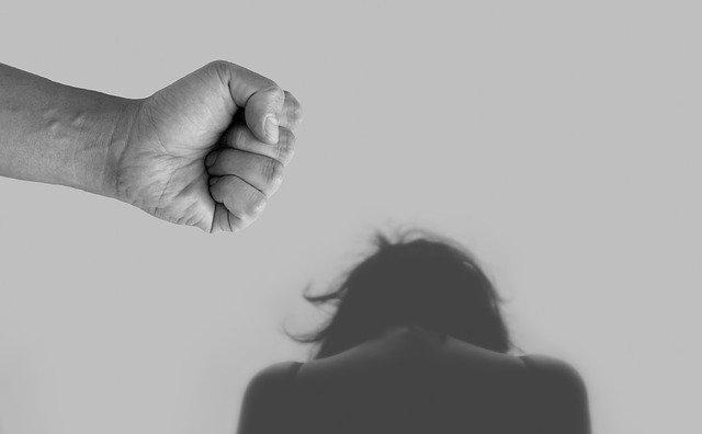 差別という名の暴力で打ちひしがれる女性のイメージ写真