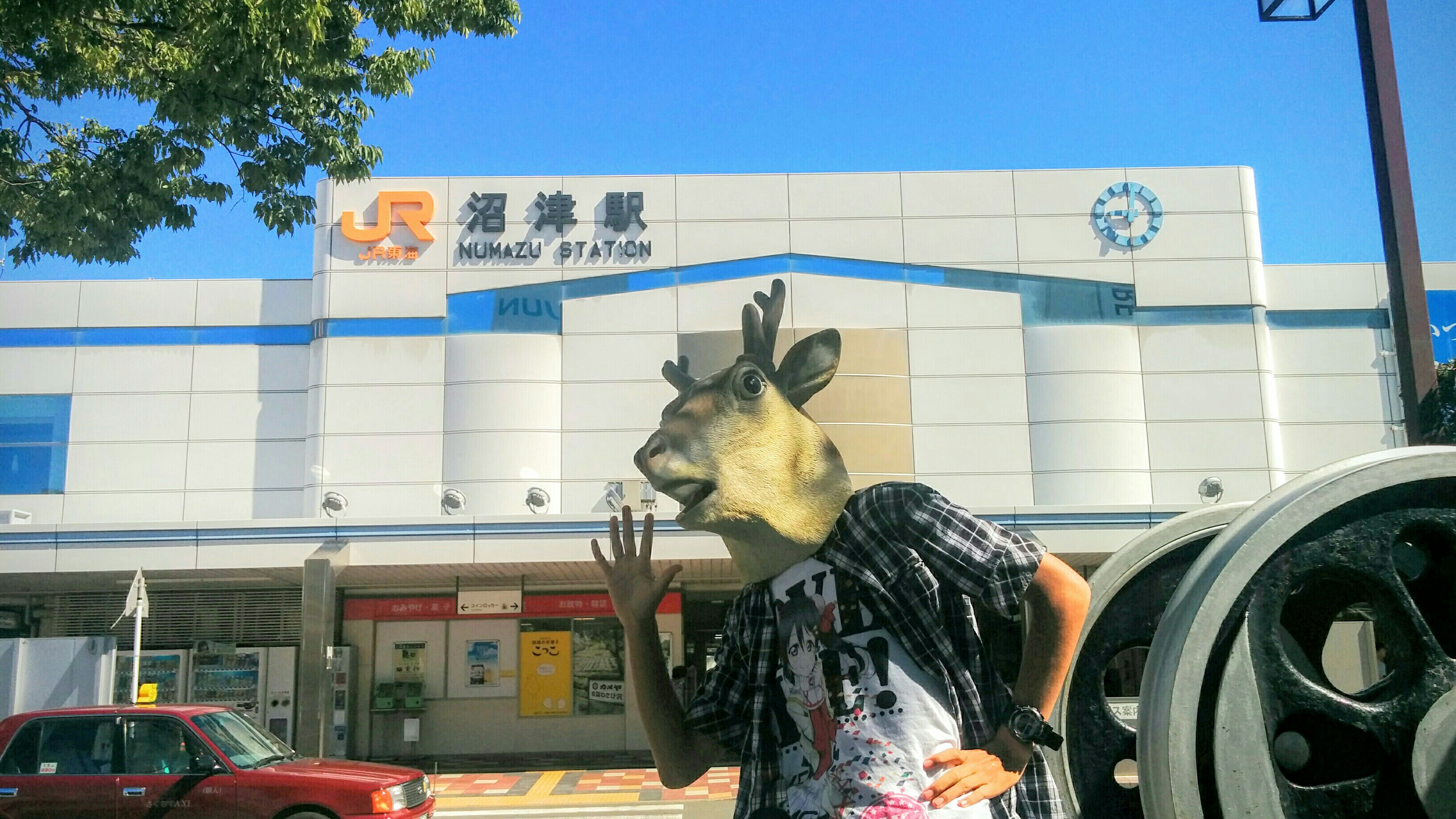 沼津駅南口で鹿マスク被ってはしゃぐオタク