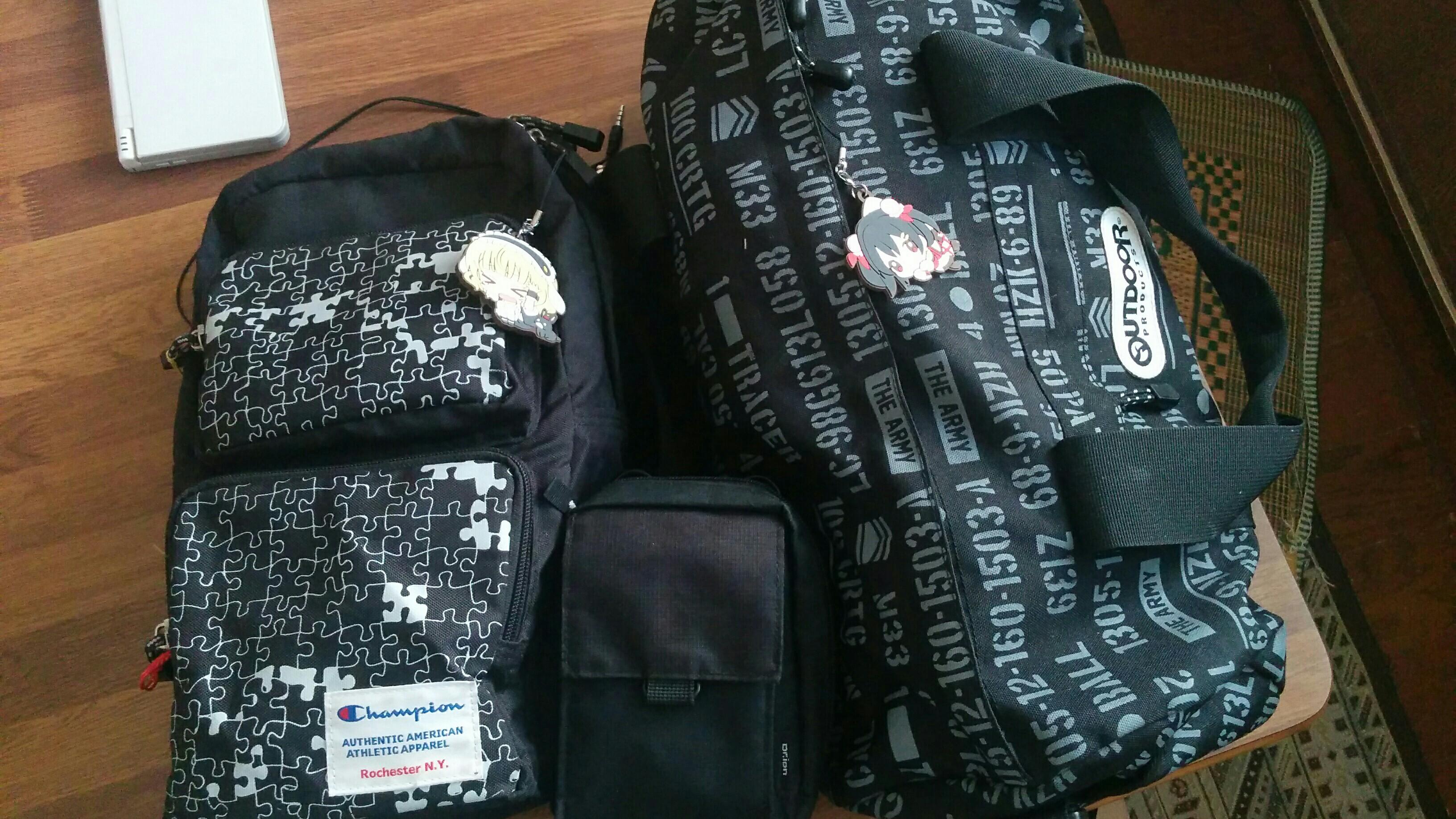 オタク特有のラバーストラップが付いた大きい黒い鞄