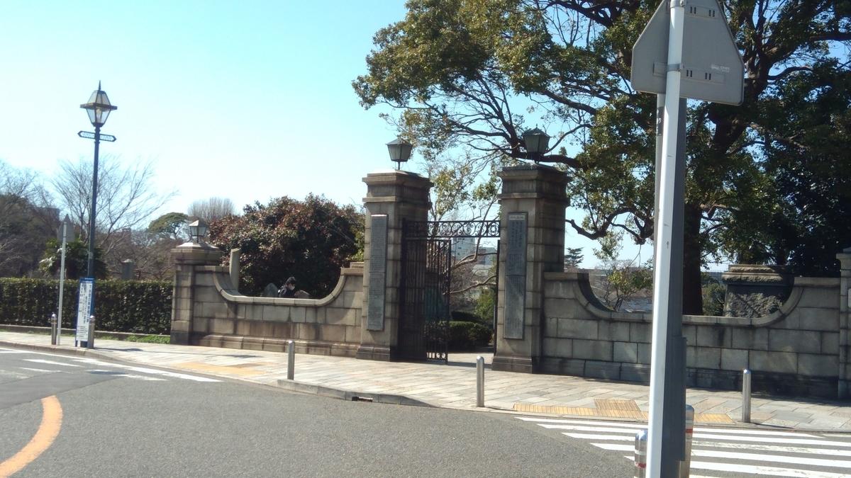 公園近くにある門