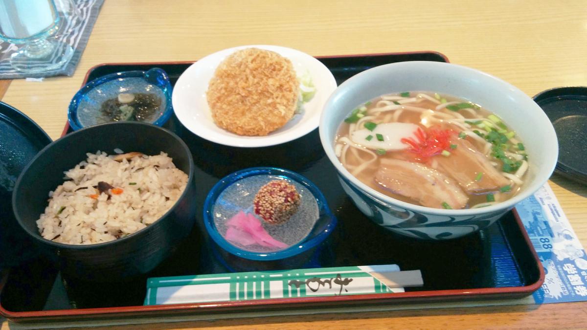 炊き込みご飯と沖縄そばとその他おかず