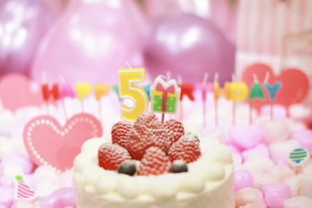 数字の「5」を模したキャンドルがのったケーキ
