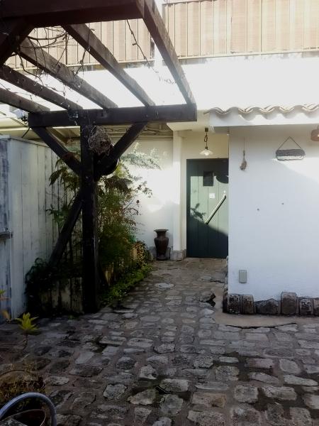 中庭から見た書店側のドア