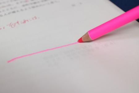 「鉛筆の蛍光マーカー(ピンク)」で線を引く