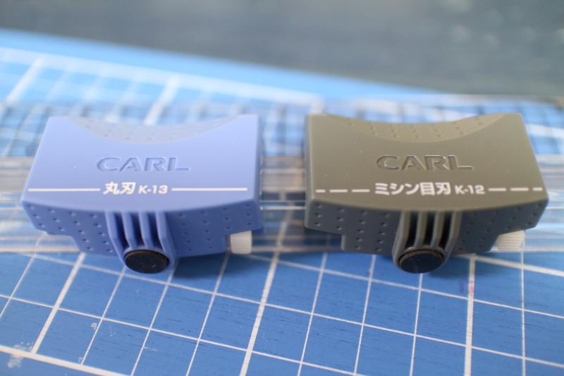 ラインカッターの刃は丸刃と点線用が並ぶ