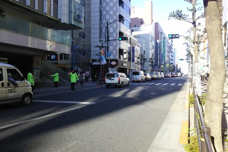 東急百貨店前のバス通り