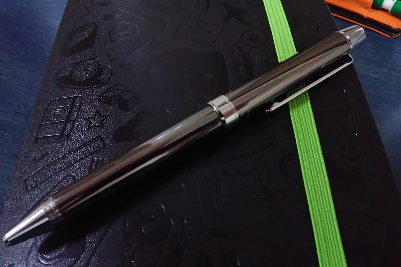 モレスキンの上に置いた多機能ボールペン「EVOLT」
