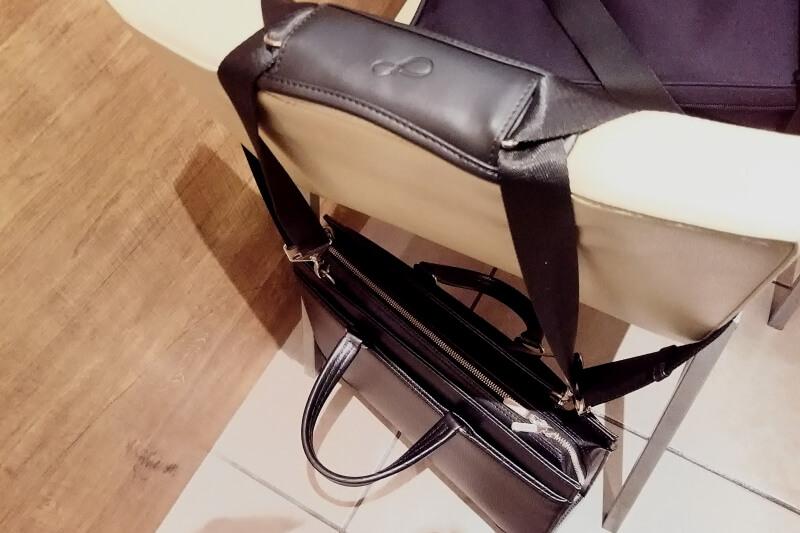 ビジネスバッグを椅子にかけてみる