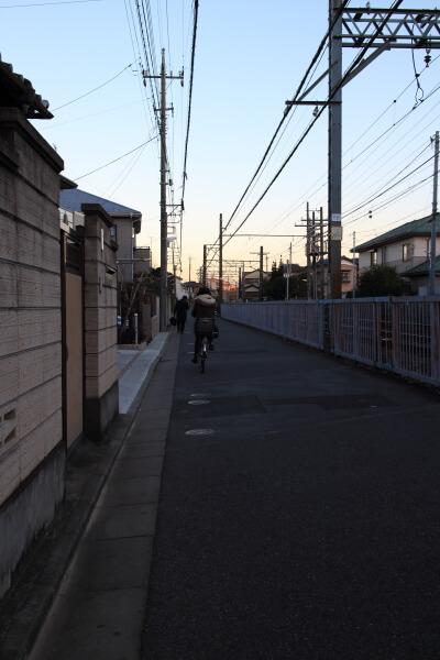 線路沿いの小道