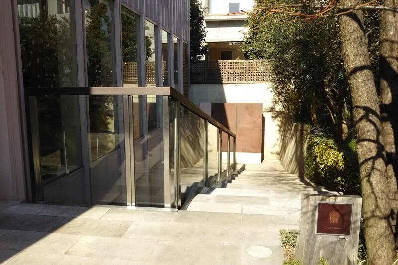 入り口に続く階段