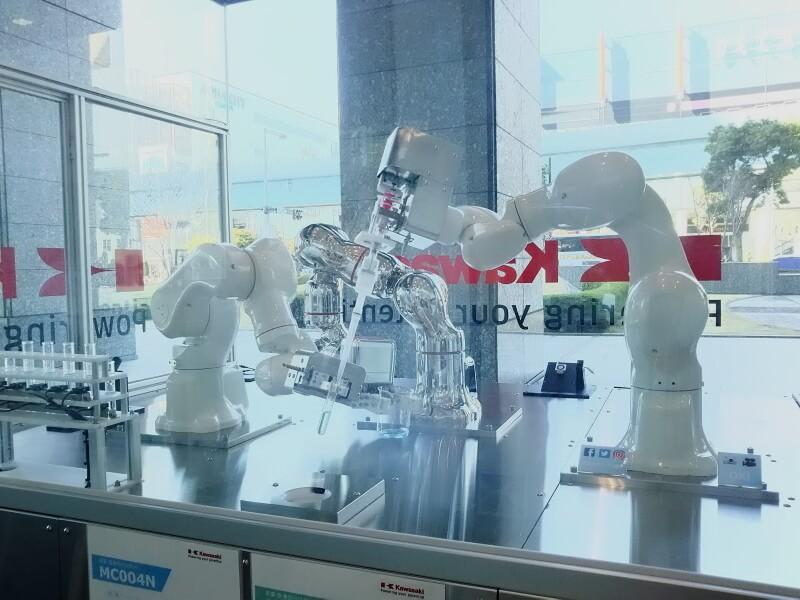 「KawasakiRobostage」内の試験管を持つロボット