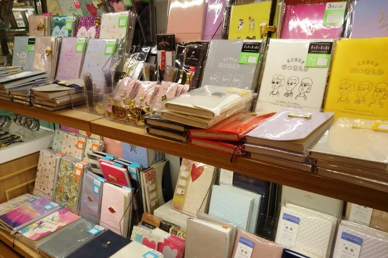 文具店の棚には手帳などがズラリ