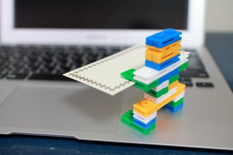 カードを持つブロックロボット