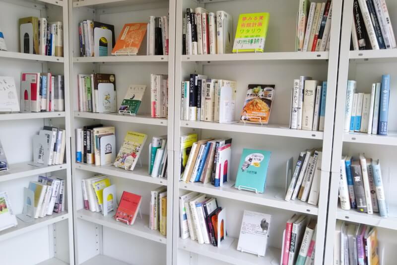 店内の本棚2