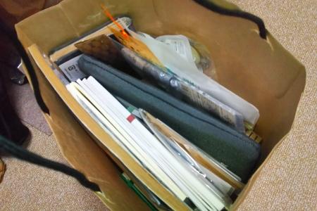 袋に詰めた文房具