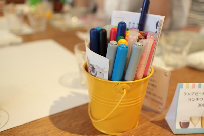 鉛筆立てに並ぶカラフルなペン