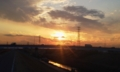 夕日と雲が美しい郊外のサイクリングコース