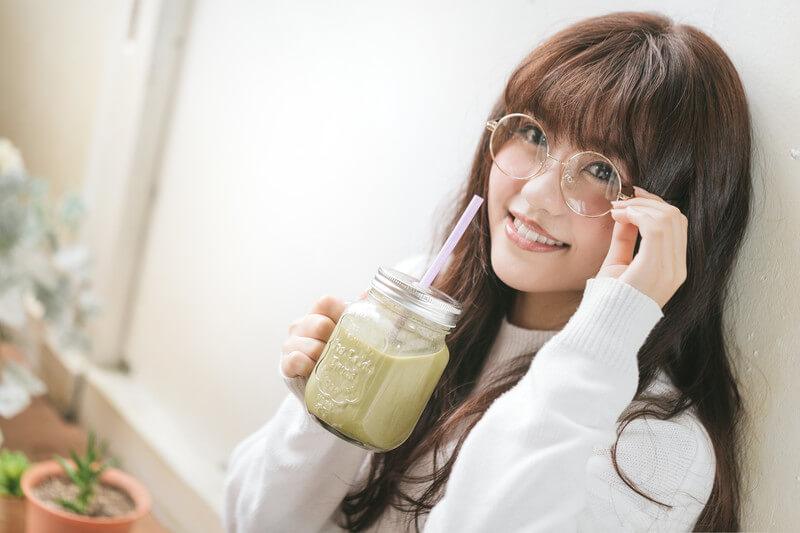 スム―ジーを飲む女性