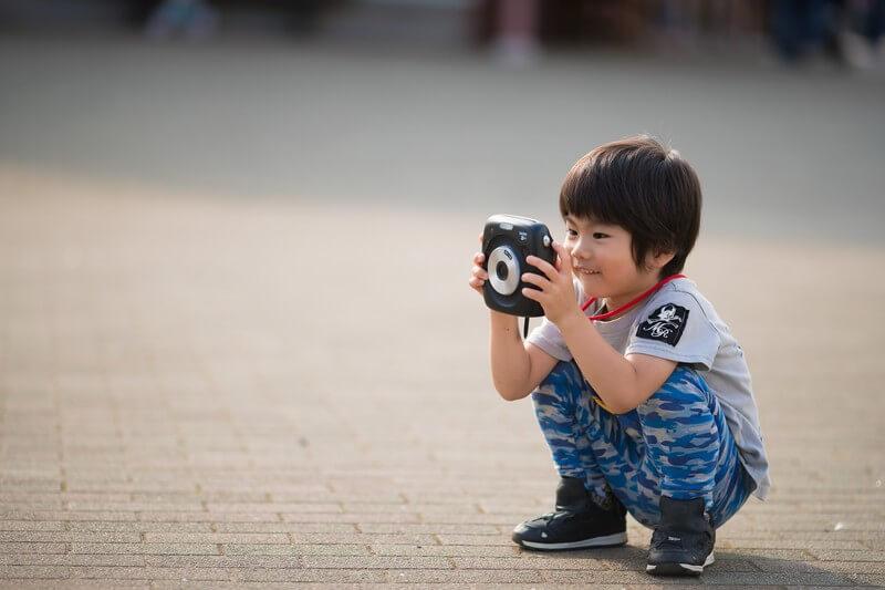 カメラで撮影する男の子