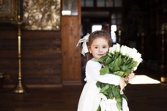 花束をもつ女の子