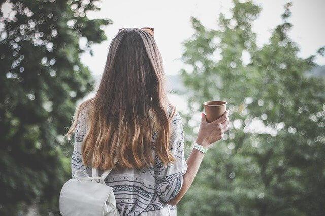 お茶を飲む女