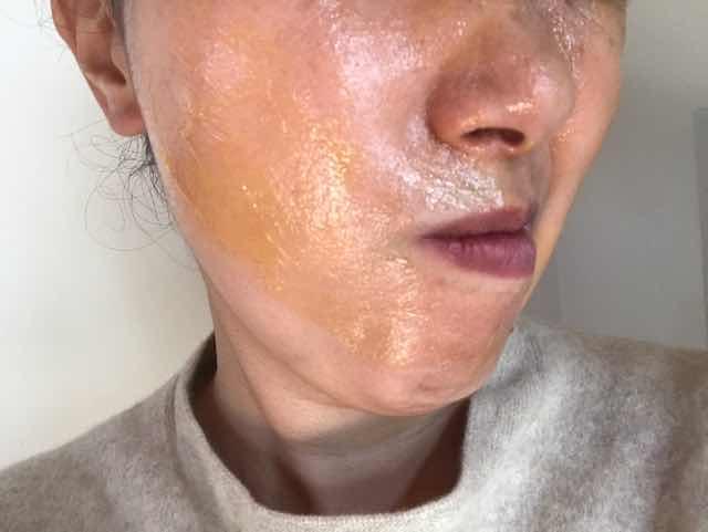 マナラホットクレンジングゲル顔に塗る