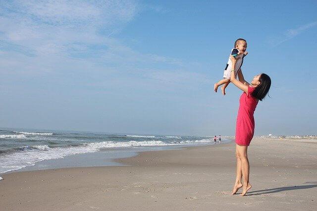 海で過ごす親子