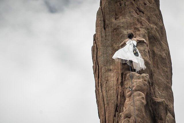 崖を登る女