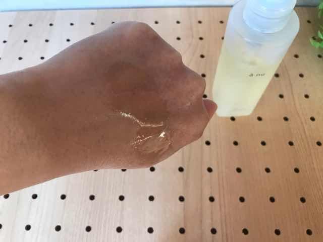 アニュクレンジングオイルは水のようなテクスチャ