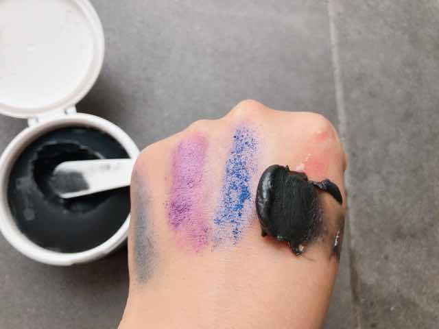 DUO黒ザクレンジングバームブラックリペアのクレンジングを手に塗る