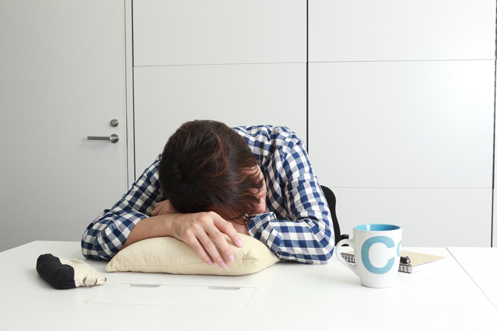 デスクに突っ伏すのはng 15分昼寝の効果を上げる3種の神器とは